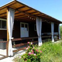 Comfortabele houten woonwagen (voor 6 personen) met airco & zwembad in onze Griekse olijfgaard
